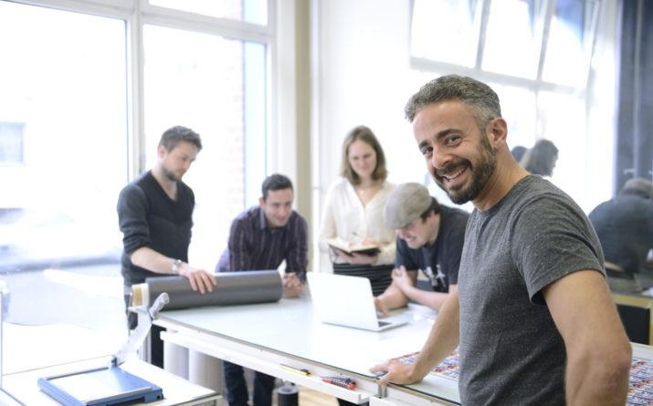 entrepreneur souriant qui travaille à son développement avec son équipe